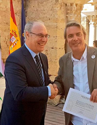 Entrega de diploma a Alberto Montejo, director del Conjunto Arqueológico de Madínat al-Zahra